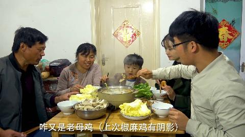 新买的母鸡不下蛋,做一锅酸笋炖老母鸡,备上配菜涮火锅,过瘾