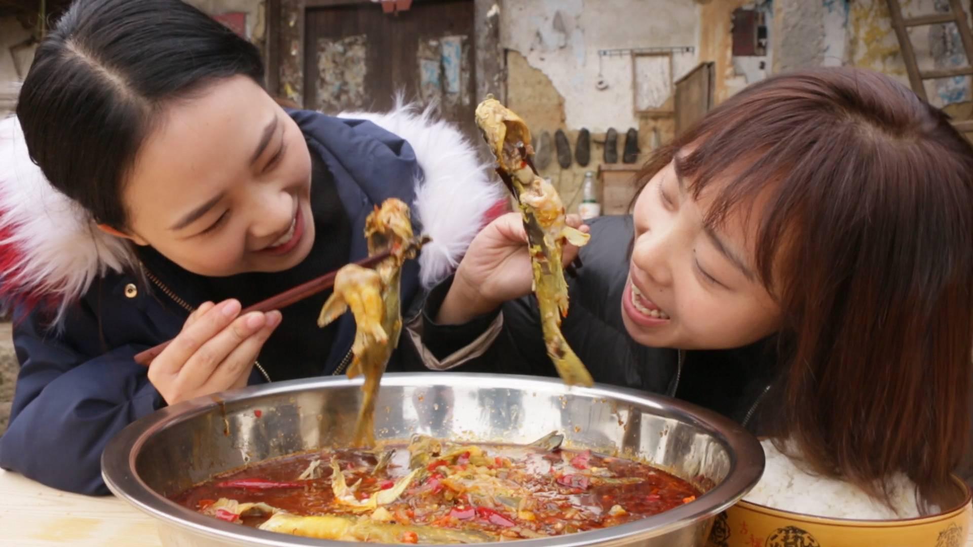 秋妹做了酸辣黄辣丁,肉质鲜嫩,开胃下饭,和姐姐猛吃猛吃真过瘾