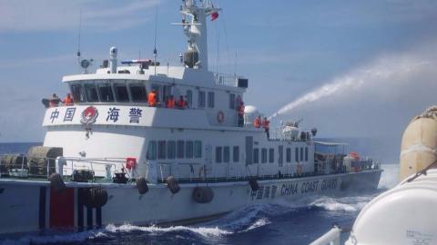 越南渔船赖在南海不走!中国海警不想和你说话并投掷了一袋洗衣粉