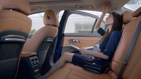 全新BMW3系加长版曝光,长腿小姐姐带你一起感受同级最强舒适性