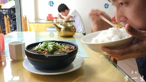 一盆肥肠砂锅, 三大碗米饭, 五分钟吃完, 小伙: 烫得满嘴是泡