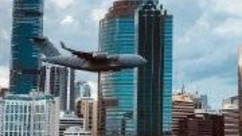 技高人胆大,C17四发运输机低空掠过市区高楼