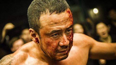 《冠军的心》官方定档预告,杨坤身陷黑拳赛场满脸是血!