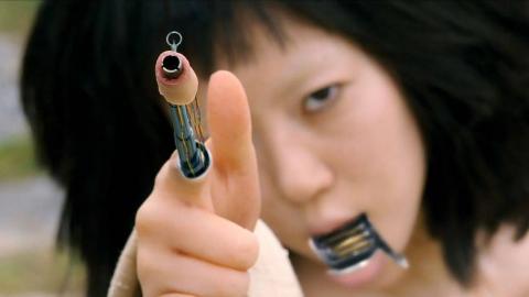 女孩拼命绝食!只因她坚信自己是机器人,伸出手指就是机关枪!