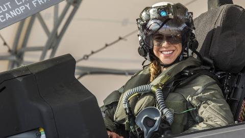 意外!美军F35B女飞行员竟是菜鸟,飞行时间仅300小时,将在日本服役