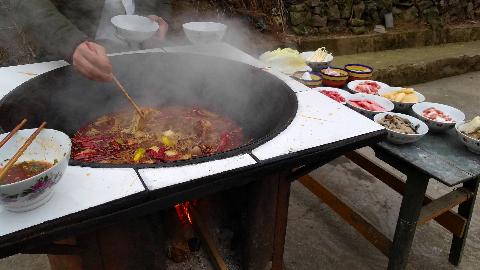 这么大的柴火灶,烫起火锅来真叫爽,满口流油美滋滋