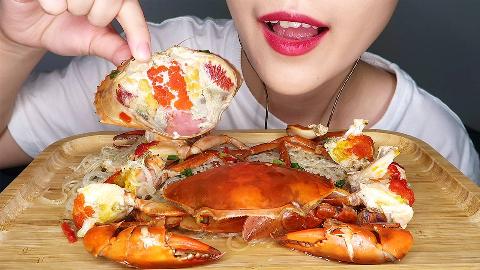 小姐姐吃超肥膏蟹,打开壳里面全是膏,听声音超级诱人!