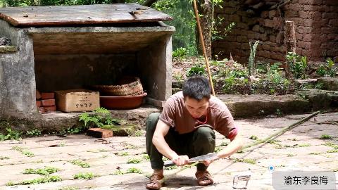 农村小伙想去江边钓鱼,于是砍斑竹自己做钓鱼竿,感觉做得还可以