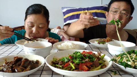 老两口吃辣椒蒜薹炒牛肉,酱茄子和韭菜豆腐丝,西红柿鸡蛋汤
