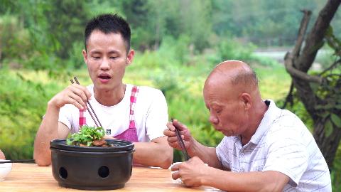 四伯买了一套牛鞭,王刚做成香辣味型的家常菜,四伯说味道好极了