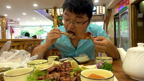 大sao带一兜大蒜吃东北菜馆,158元一只烤羊腿包二荆条,真馋人