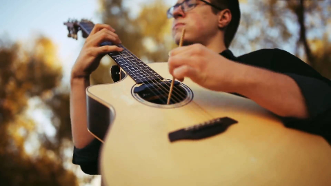 如何用筷子和吉他演奏加勒比海盗主题曲He s a Pirate(Alexandr Misko)