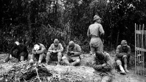 二战末期,几个苏联士兵押送一群日本俘虏,为何俘虏不反抗?