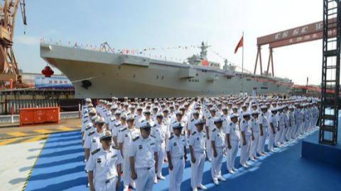 振奋!075两栖攻击舰举行下水仪式,或将明年服役,还有两艘在造