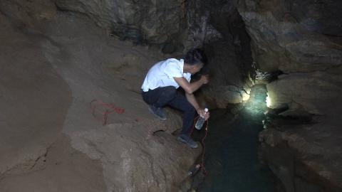 """小伙长江钓又一次挑战山洞暗河,用""""空头蚕""""做诱饵,期待大丰收"""
