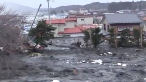 2011日本仙沼市地震引起的海啸近距离全程实拍(从最开始到结束)