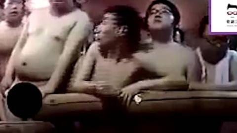 日本搞笑整人节目,洗澡时冲进100个人会是什么反应?