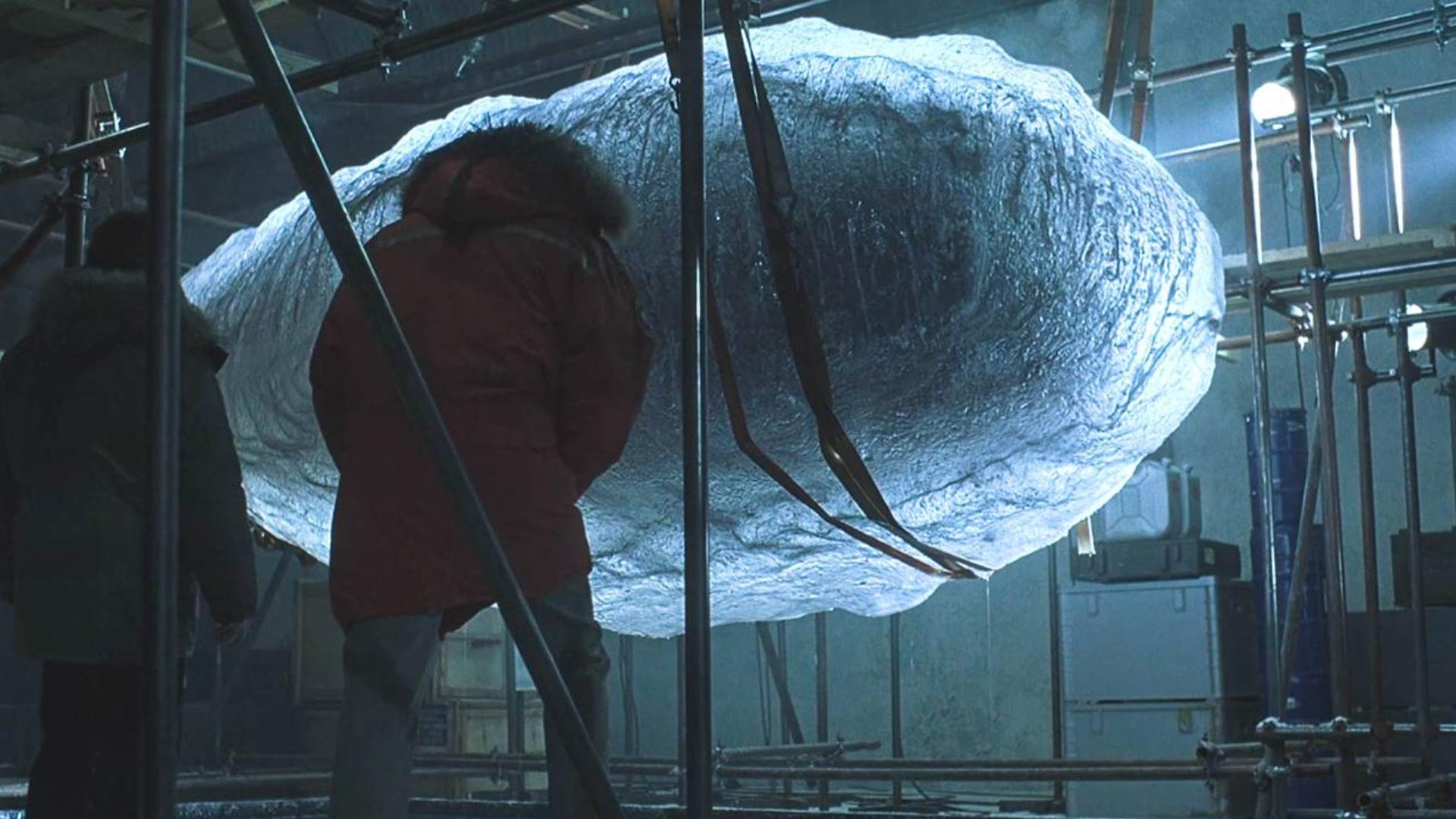 神秘生物被困巨大冰块内,人类好奇打开,却引发巨大灾难