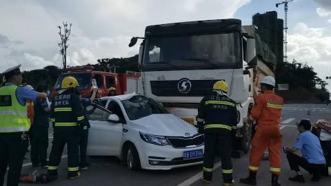 江西一轿车与渣土车相撞一人被困 消防员合力徒手掰开车门救人