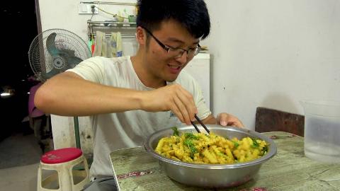 三斤土豆一顿饭,大sao第一次吃狼牙土豆,直接扒着当饭吃,过瘾