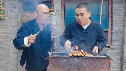 【烤面筋】下雨天和烧烤更配,徒弟烤了一整袋面筋,抹上辣酱,越吃越香!
