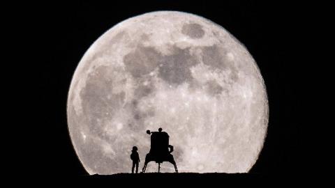 纪录片.BBC.拍摄完美月亮.2019[高清][英字]