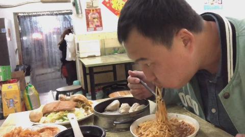 小伙晚餐去沙县大酒店,吃了50块钱没吃饱,回家泡袋泡面才满足。