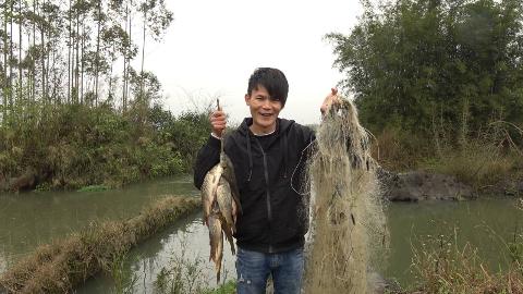 小伙投放了6天的渔网因大雨未收,当他提起网那一刻,满意的笑了