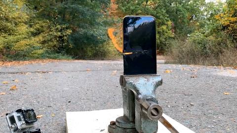 锯开充满电的苹果手机,会怎么样?