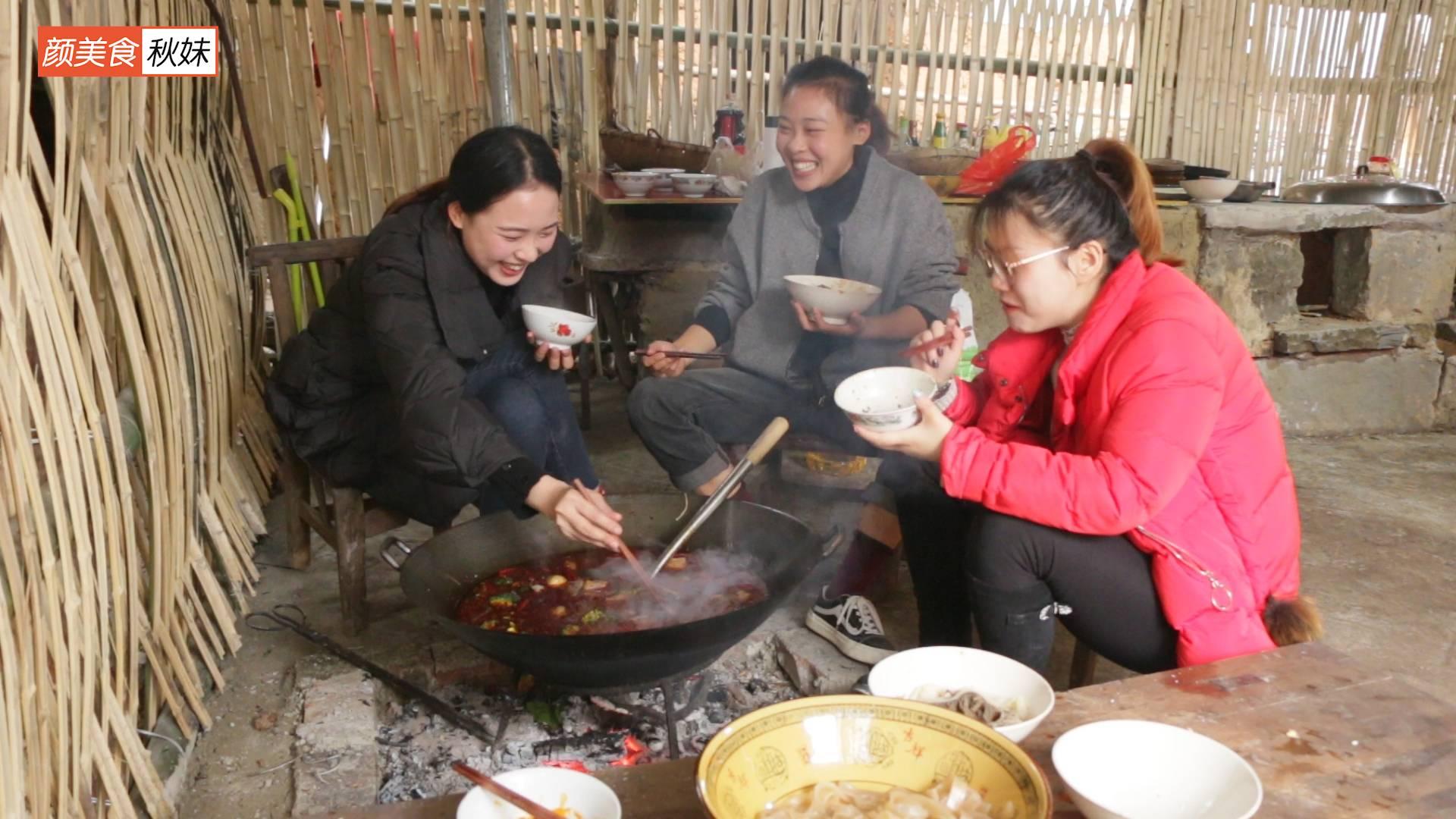 秋妹今天和姐姐在老家煮火锅,满满一大锅全部吃完,看着流口水