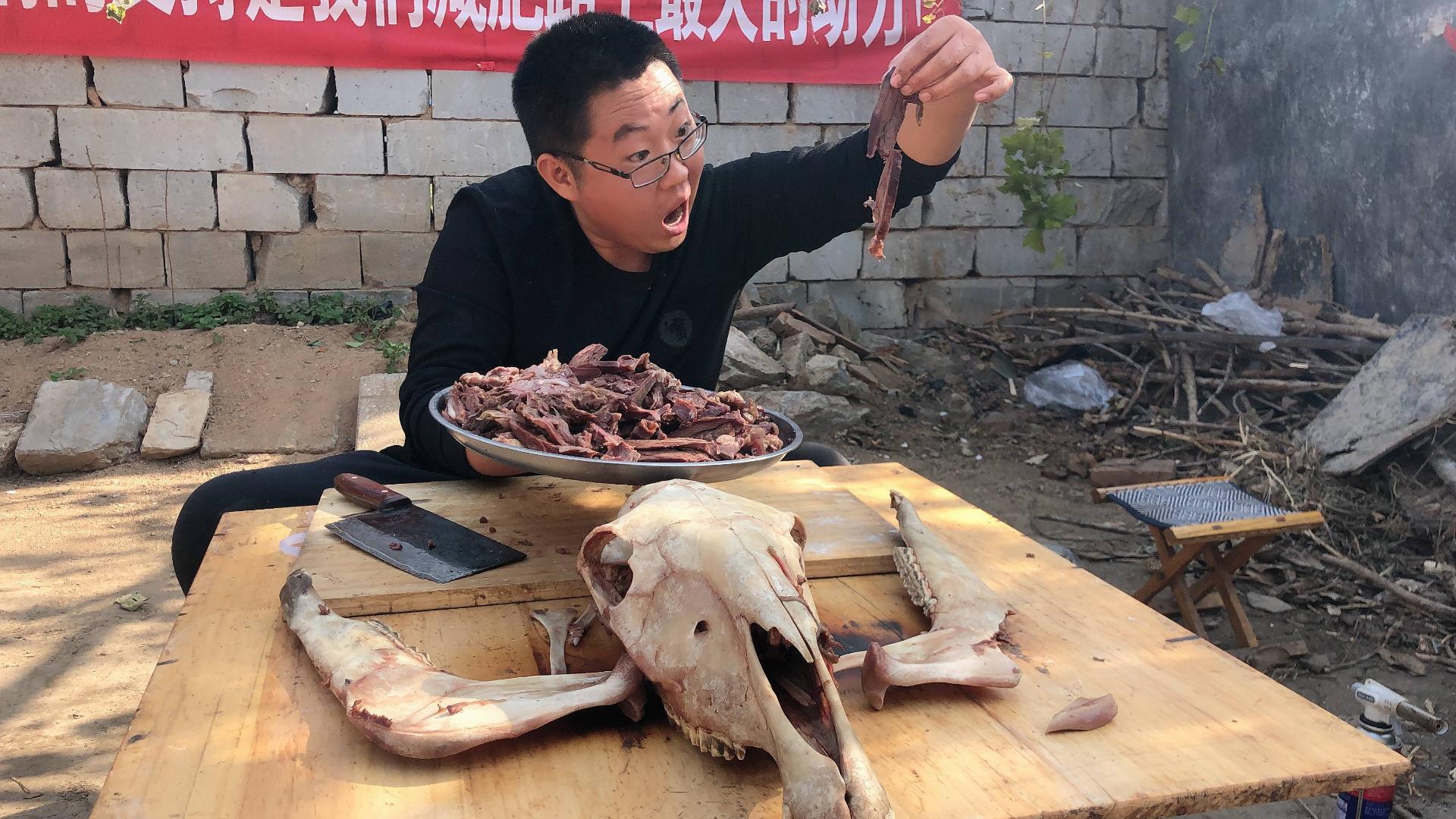 350块钱买了一个大驴头,拆了满满一盘肉,感觉自己赚大了!