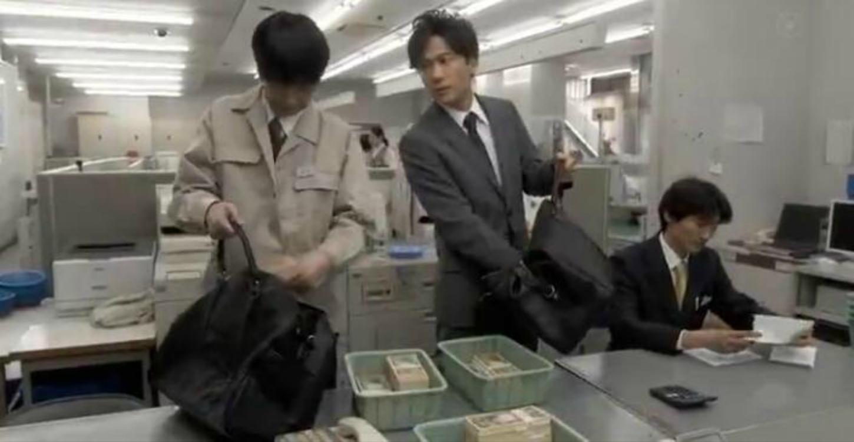 穷小伙察觉自己毫无存在感,连去银行明目张胆拿钱,竟没人发现!