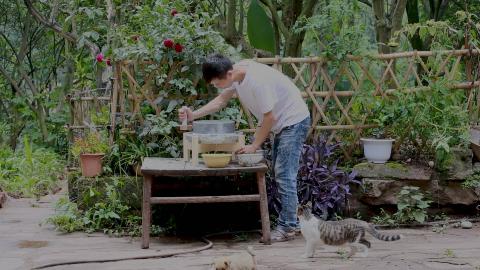 范娃用石磨推豆腐,这样做了一锅美食,不炒一个菜,还能吃两大碗