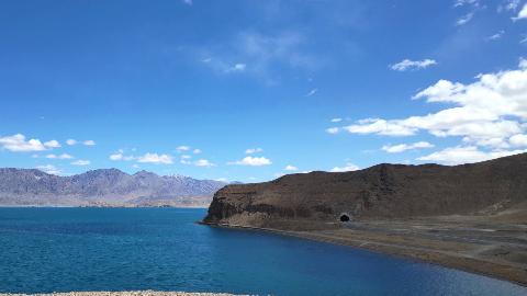 出藏进疆:途经西藏半甜半咸的爱国神湖班公措,见识新疆传奇苍凉之地泉水湖