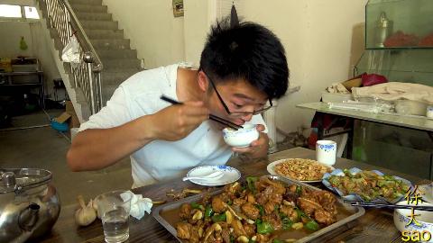 大sao下馆子,四斤炒鸡,三头大蒜,锅巴免费吃,太过瘾了