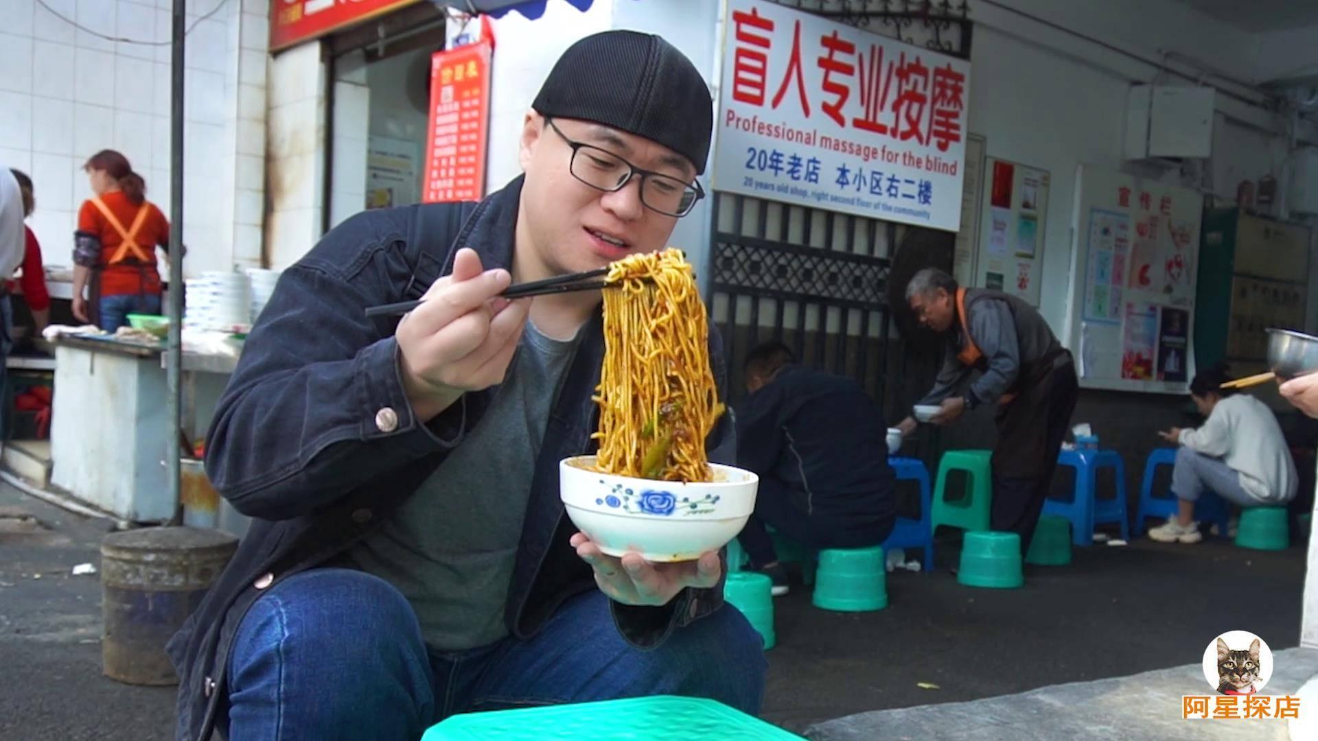【阿星探店】成都回锅肉拌面,露天大锅煮面,15元酱香肉多,食客中午坐一排