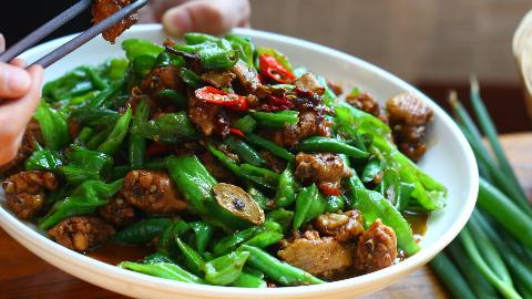 王一刀:一大锅辣椒炒出来的鸡翅,香辣可口,老好吃啦
