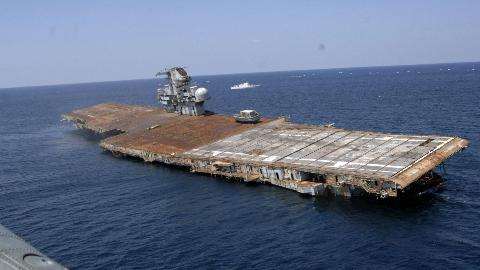 中国东风21D导弹真能击沉美国航母?美国:随便打,打沉算我输