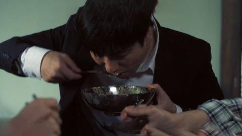 饥饿的小伙狼吞虎咽的吃饭,最后才发现是满满的一碗虫子
