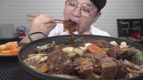 韩国吃货小哥,吃酱油猪脊骨炖粉条,配萝卜块,吃的太香了