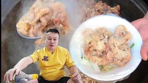 青岛/百年李村大集上遗留的特色小吃别地没有 逛累了来一碗炖脂渣