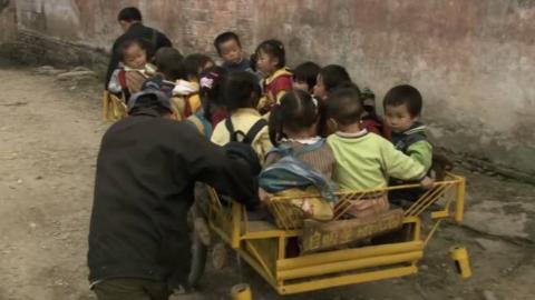 评分9.4分,男子在农村办幼儿园,板车接送孩子,苦言难尽!