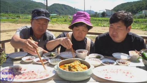 中字:韩国兴森一家三口,吃生鱼片和辣鱼汤,一家人吃得美滋滋