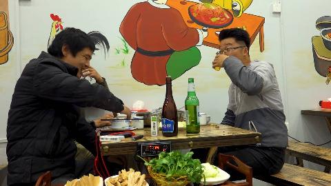 四斤烧鸡公,四个菜,大sao请吃饭,师兄白酒配啤酒,太能喝了