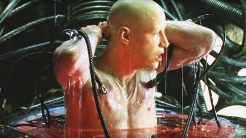 男子醒来发现身上插满管子,以为是在梦中,不料这才是现实