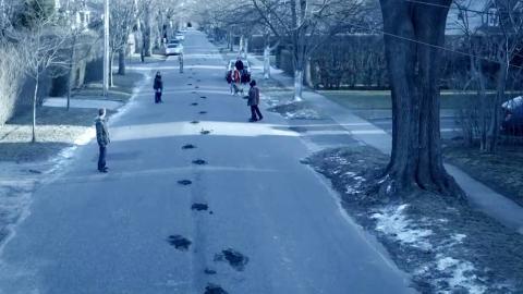 小镇街道上出现奇怪脚印,村民却不知大量怪物来袭!悬疑惊悚片《漆黑如夜》