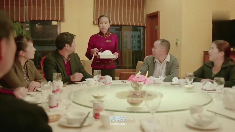 影视: 酒店接待亿万老总, 服务员一看傻眼了, 竟是自己去世的父亲