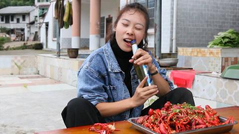秋妹赶在龙虾下市之前做了蒜泥小龙虾,5斤龙虾1瓶啤酒,吃着过瘾