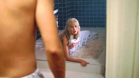 女孩总是背着男友偷偷洗澡,只要下半身一碰水,就会大变样