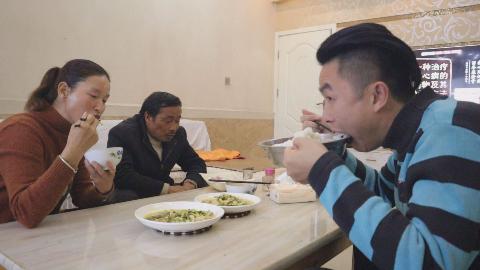 今天老汉炒菜,一个菜放了半斤油,老妈说好吃,我觉得下饭吃最爽